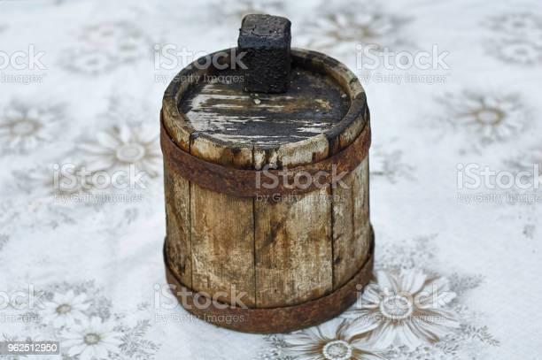 Foto de Antigo Barril De Madeira Desfocada Para Óleo Combustível e mais fotos de stock de Alcatrão