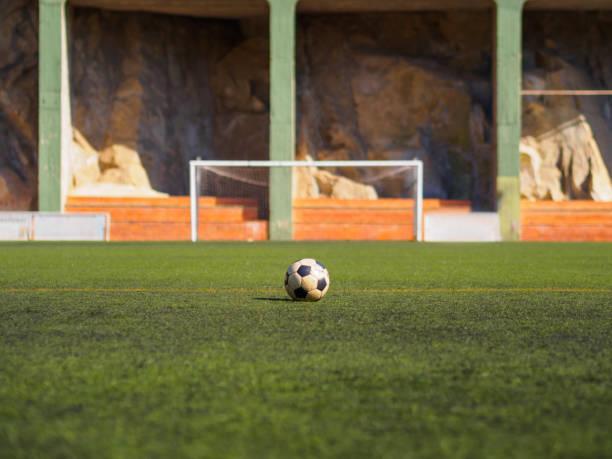 Alte Fußball auf der Wiese warten darauf, gedreht werden – Foto