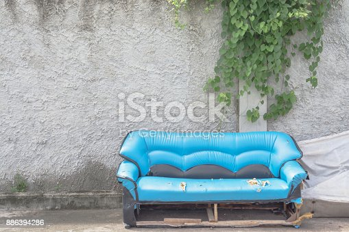 istock Old sofa with wall have vine hanging 886394286