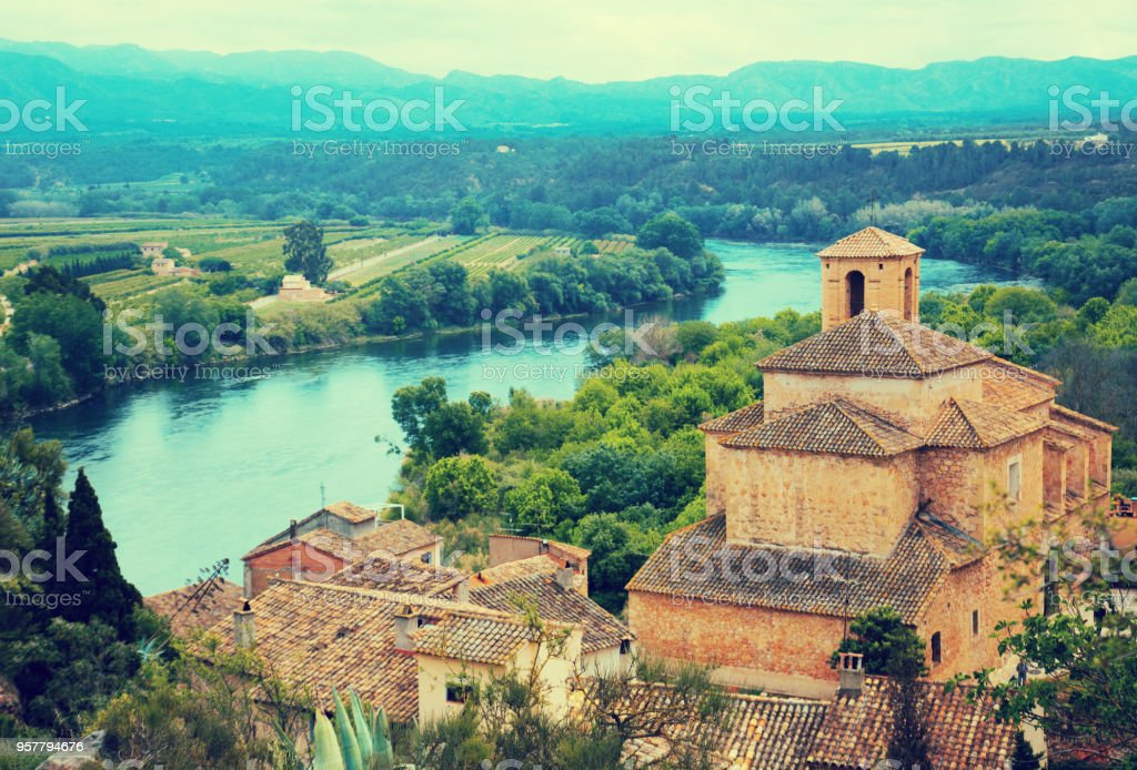 Espanhol velho em pé em uma colina da igreja - foto de acervo