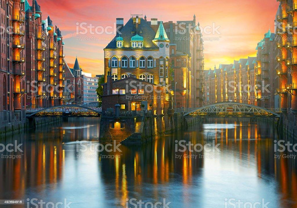 Old Speicherstadt en Hamburgo iluminado por la noche. Atardecer backgr - foto de stock