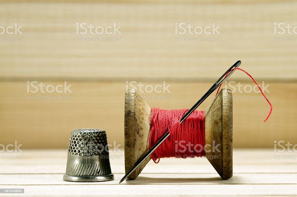 Old Bobina de encadeamento com tecido needle. fazer. - foto de acervo