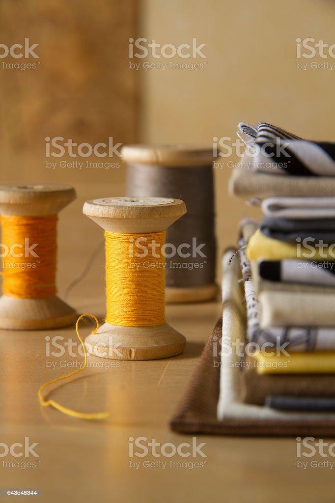 Old spools near cotton fabrics стоковое фото