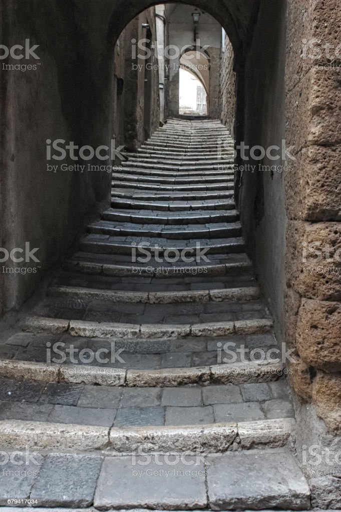 Vieil escalier dans une vieille ville italienne photo libre de droits