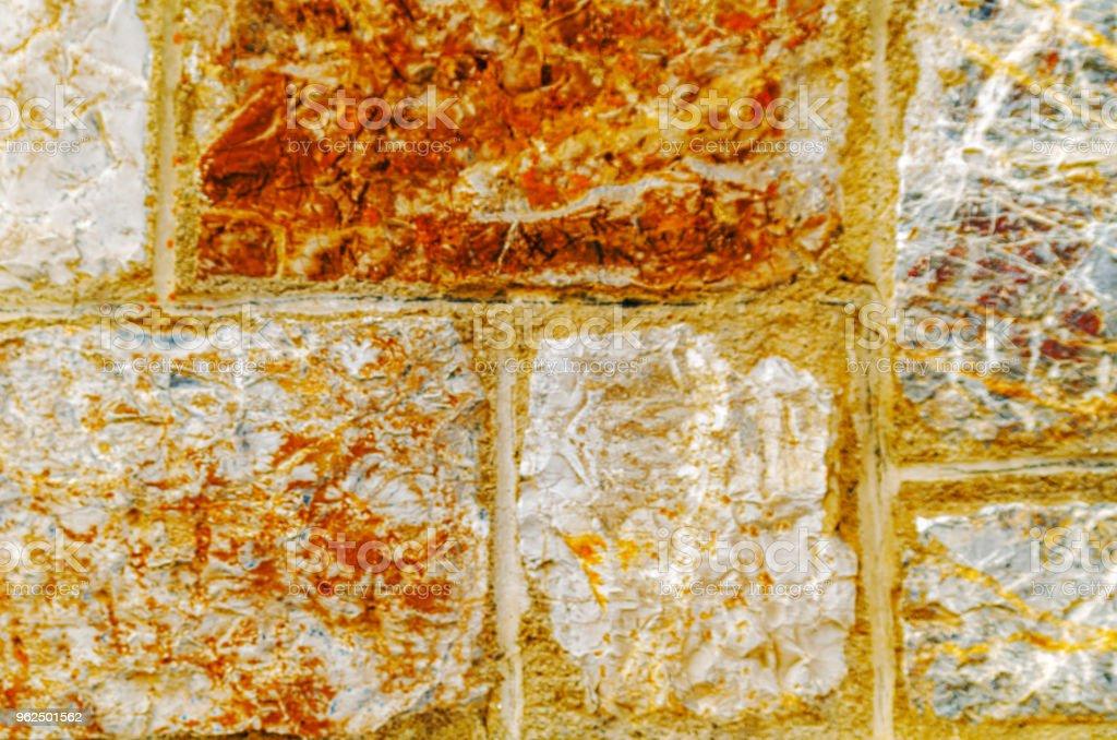 pedra velha, colocada na parede, fundo interessante e original - Foto de stock de Abstrato royalty-free