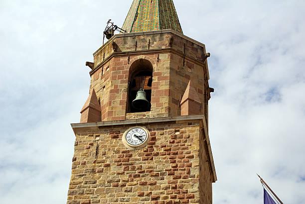 old stone steeple - klokkentoren met luidende klokken stockfoto's en -beelden
