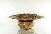 白い背景の上の古い麦藁帽子