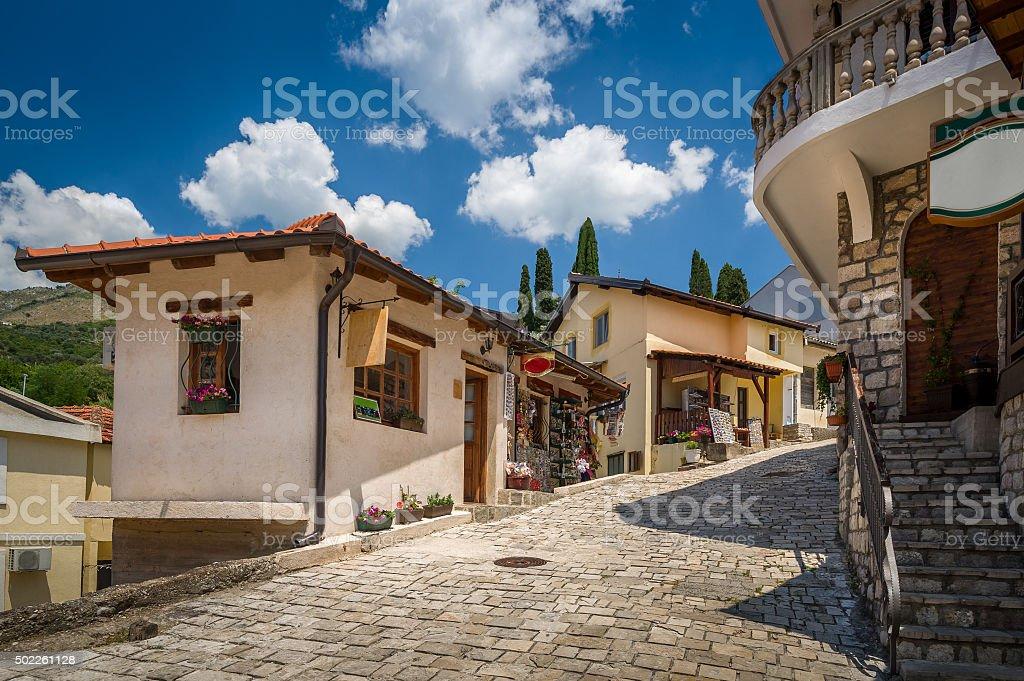 Old street Bar turístico del centro de la ciudad, Montenegro - foto de stock