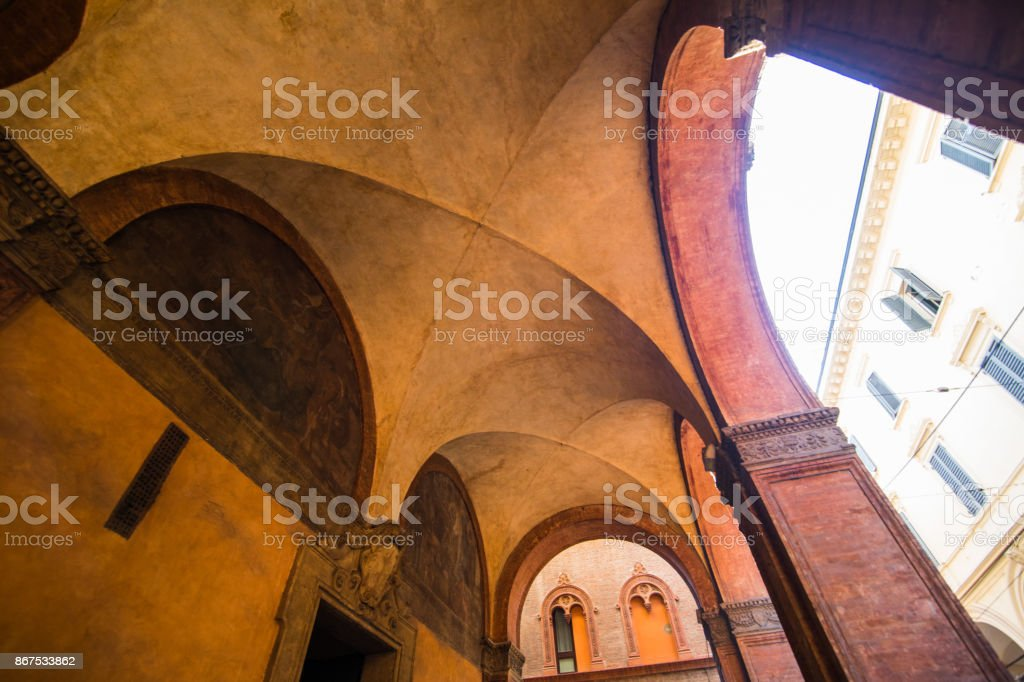 Bologne, Italie - octobre 2017: Rue vieille Découvre la ville de Bologne, Italie. Galet Pierre rue avec bornes. Bâtiments Renaissance. - Photo
