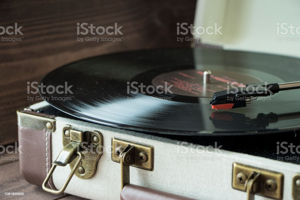 Old style record player of vinyl disc with needle and plate, home cozy evening mood – zdjęcie