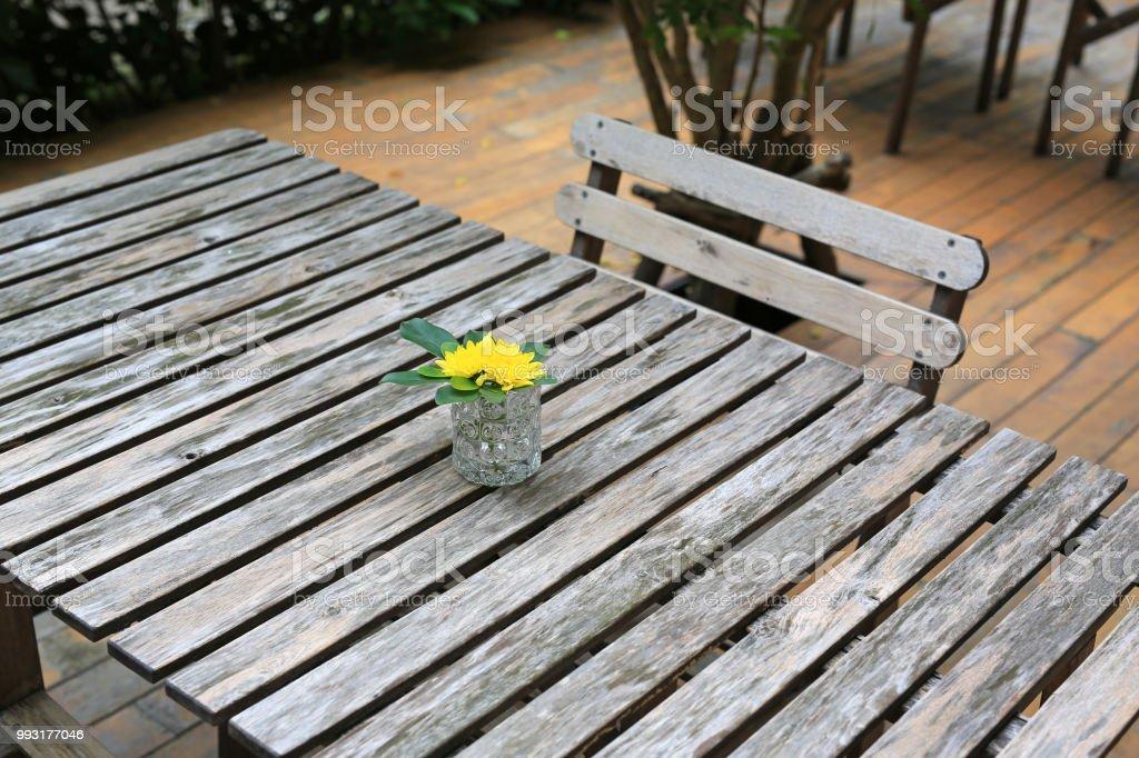 Photo libre de droit de Ancienne Table En Bois De Style Et De La ...