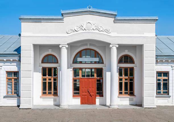 Altes vorstädtisch Bürogebäude mit leerem Schild – Foto