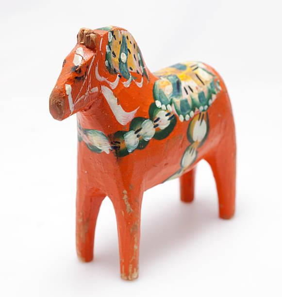 old schwedische dalahast - dalarna pferd stock-fotos und bilder