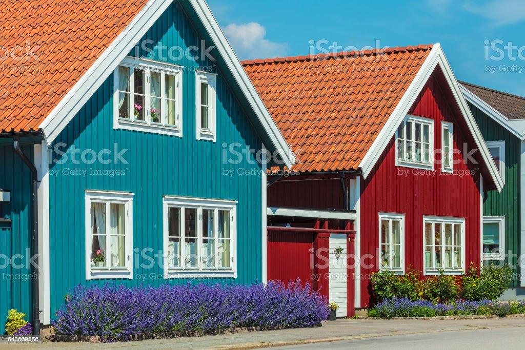 Fornsvenska husen framför en blå himmel bildbanksfoto