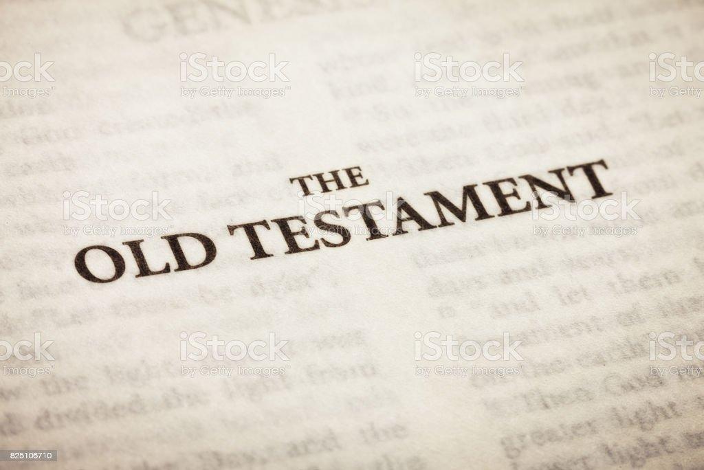Página de título del Antiguo Testamento en la Biblia, de cerca - foto de stock