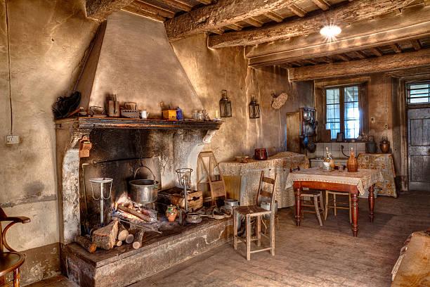alten zeiten bauernhaus - landhausstil küche stock-fotos und bilder
