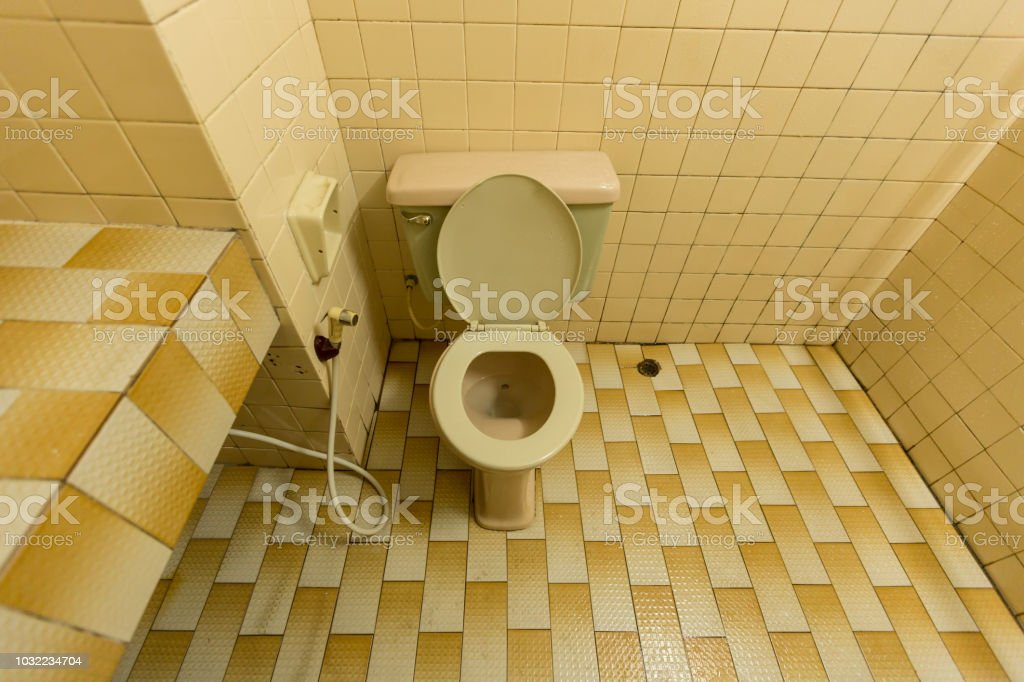 Alte Wcschussel Mit Gelben Fliesen Wand Und Boden Im Badezimmer