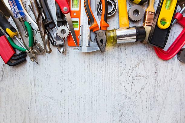 old tools auf einem holztisch - baumarkt stock-fotos und bilder
