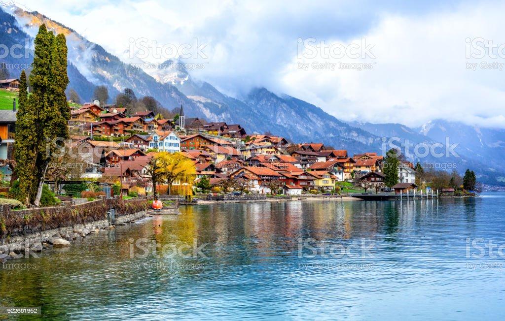 Altstadt und die Alpen Berge am Brienzer See, Schweiz – Foto