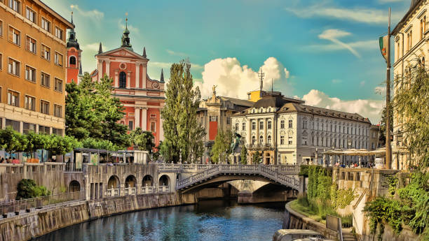 old town embankment in ljubljana. ljubljana is the business and cultural center of the country. - slovenia foto e immagini stock