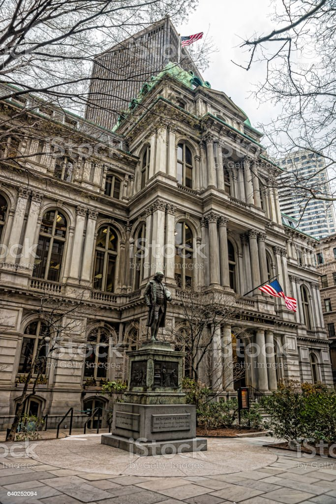 Old Town Hall and Benjamin Franklin Statue of downtown Boston - foto de acervo