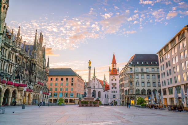 old town hall at marienplatz square in munich - marienplatz foto e immagini stock