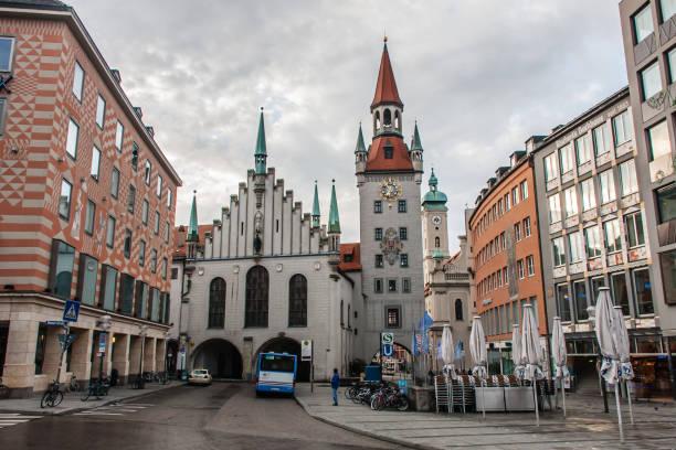 gamla rådhuset, münchen, tidigt på morgonen - münchens nya rådhus bildbanksfoton och bilder
