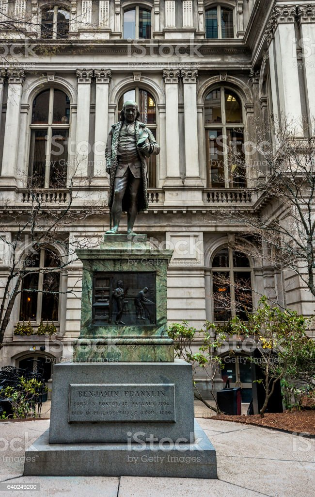 Old Town Hall with Benjamin Franklin Statue in downtown Boston - foto de acervo