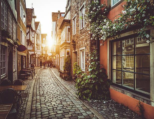 Old town en Europa en la puesta de sol retro vintage con filtro - foto de stock