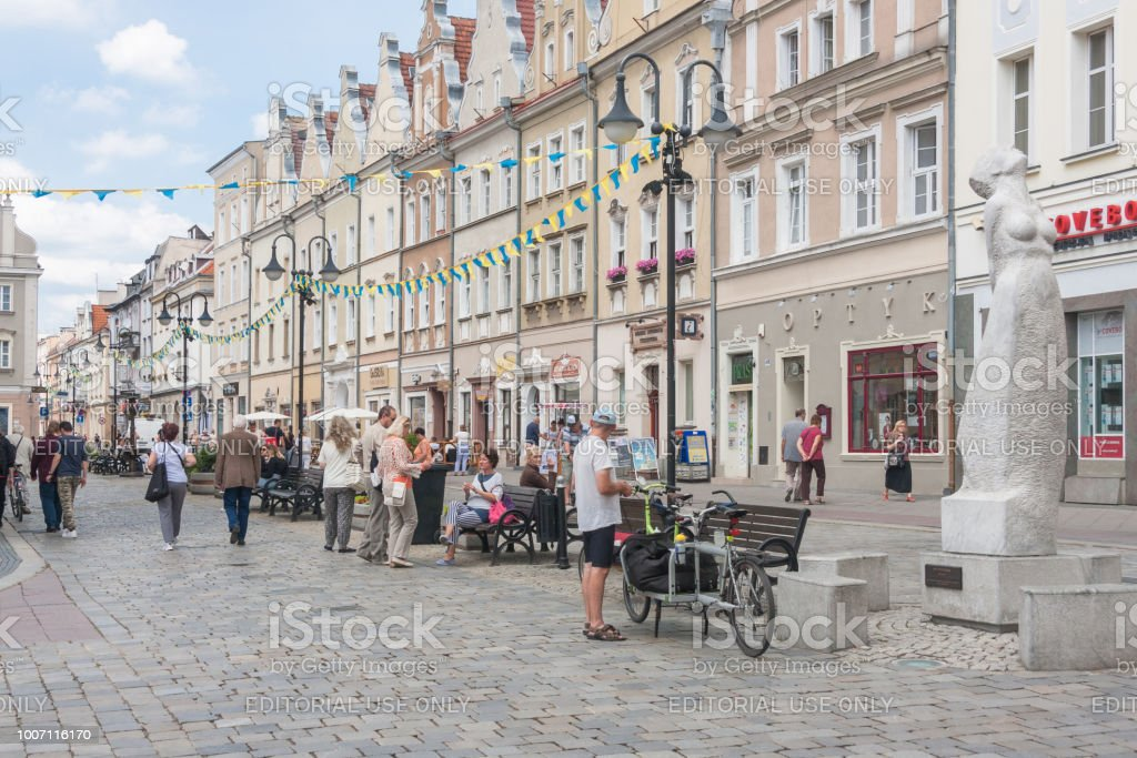 Cidade velha de Opole, fachada oriental é a Avenida das estrelas de música polonês. - foto de acervo