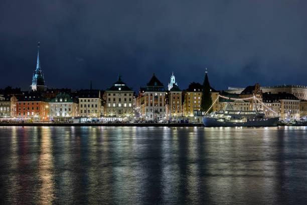 Ciudad vieja de Estocolmo por la noche - foto de stock