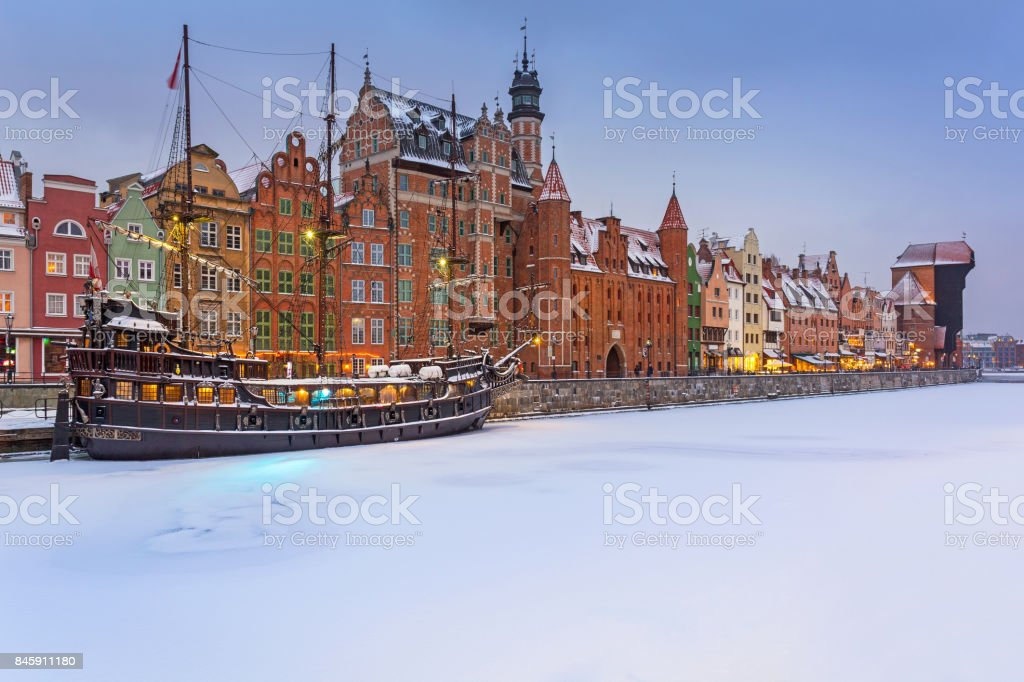 Old town of Gdansk at Motlawa river in snowy winter – zdjęcie