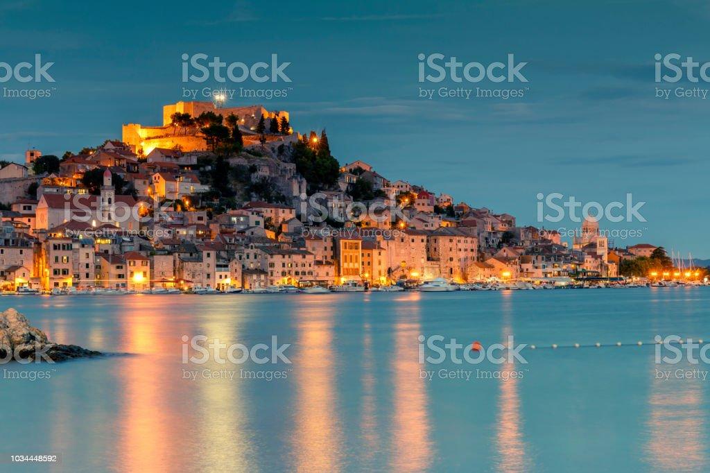 Alte Stadt Sibenik Kroatien bei Nacht – Foto
