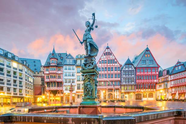 Römerberg da Praça da cidade velha em Francoforte, Alemanha - foto de acervo