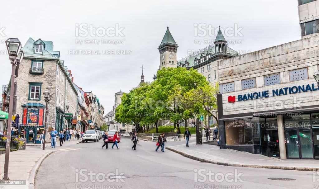 Velha cidade rua panorama com sinal para Banque Nationale, restaurantes e igrejas - foto de acervo
