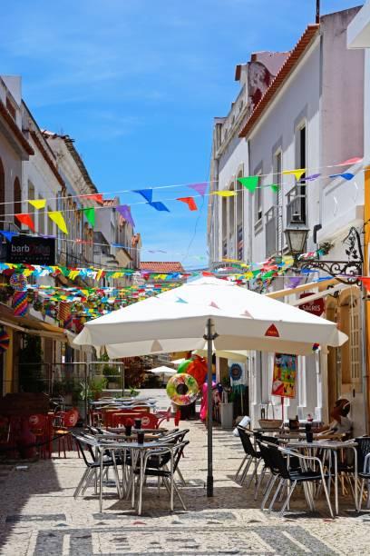 old town street, silves, portugal. - esplanada portugal imagens e fotografias de stock