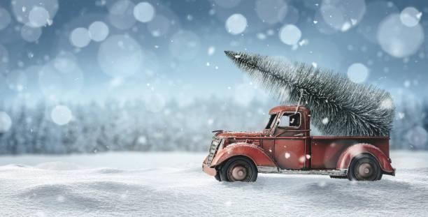 altes spielzeug-lkw mit weihnachtsbaum - weihnachtskarte stock-fotos und bilder
