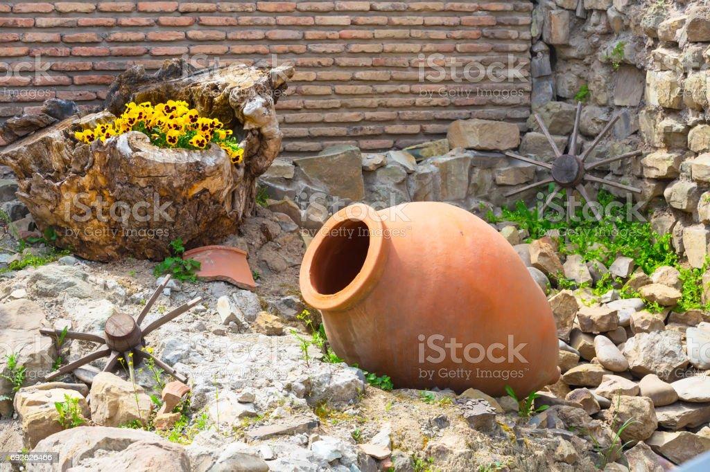 vieux fond de symbole traditionnel région viticole géorgienne avec cruche de roue et qvevri - Photo