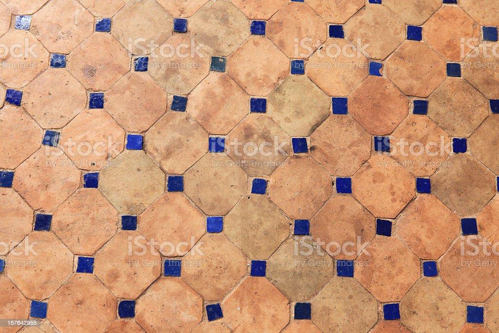 Vecchio tradizionale piastrelle marocchine al piano fotografie