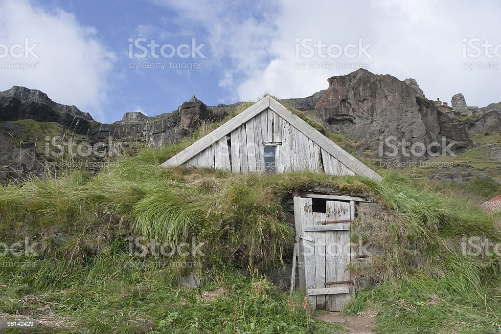 오래된 잔디 하우스 도입하였습니다 royalty-free 스톡 사진