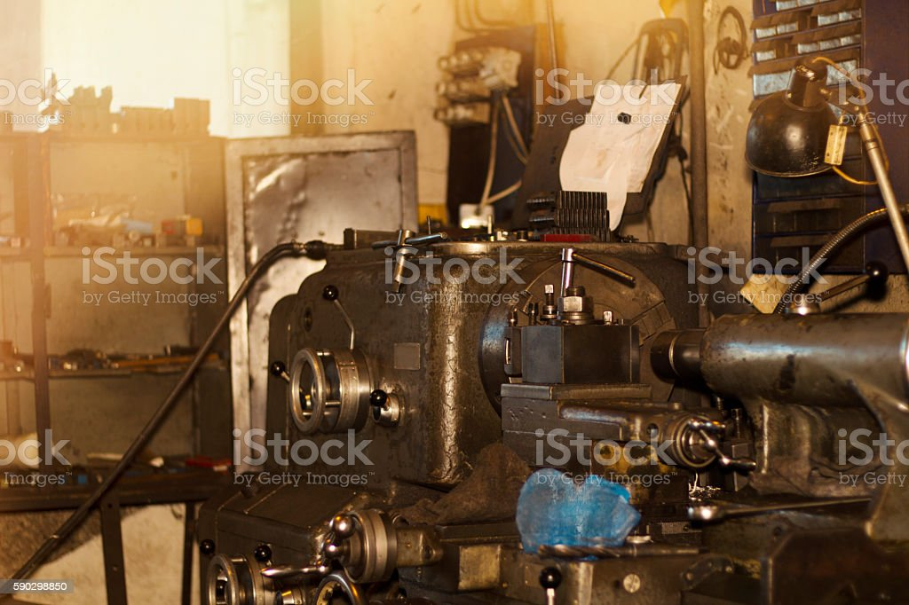 Old turning machine workshop. Turning lathe in the workshop. royaltyfri bildbanksbilder