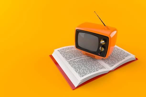 Alte TV auf offenes Buch – Foto