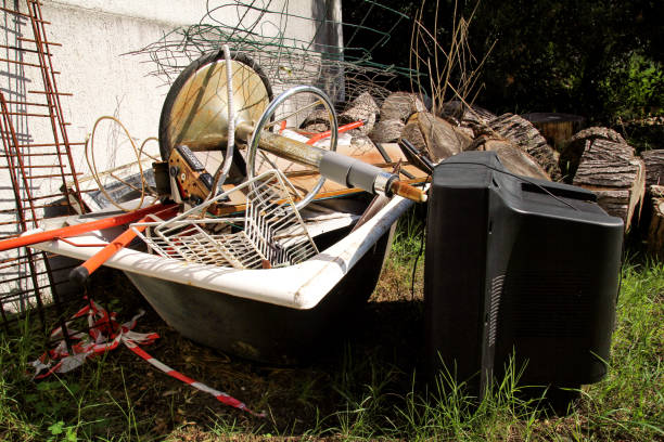 Antigo conjunto de TV e o resto do lixo volumoso. TV velha jogado fora ao lado de uma parede com um monte de lixo misturado. em ambiente natural. Indústria de reciclagem. Não de ecologia. Ecologia. Material reciclado e resíduos. - foto de acervo