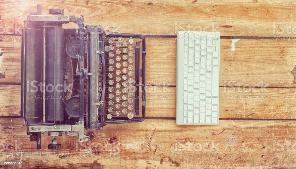 Old typewriter and a new keyboard on vintage wooden background – Foto