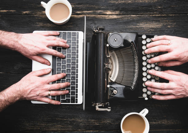 old typewriter and laptop in use - new imagens e fotografias de stock