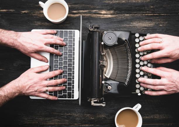 vieille machine à écrire et ordinateur portatif en usage - neuf photos et images de collection