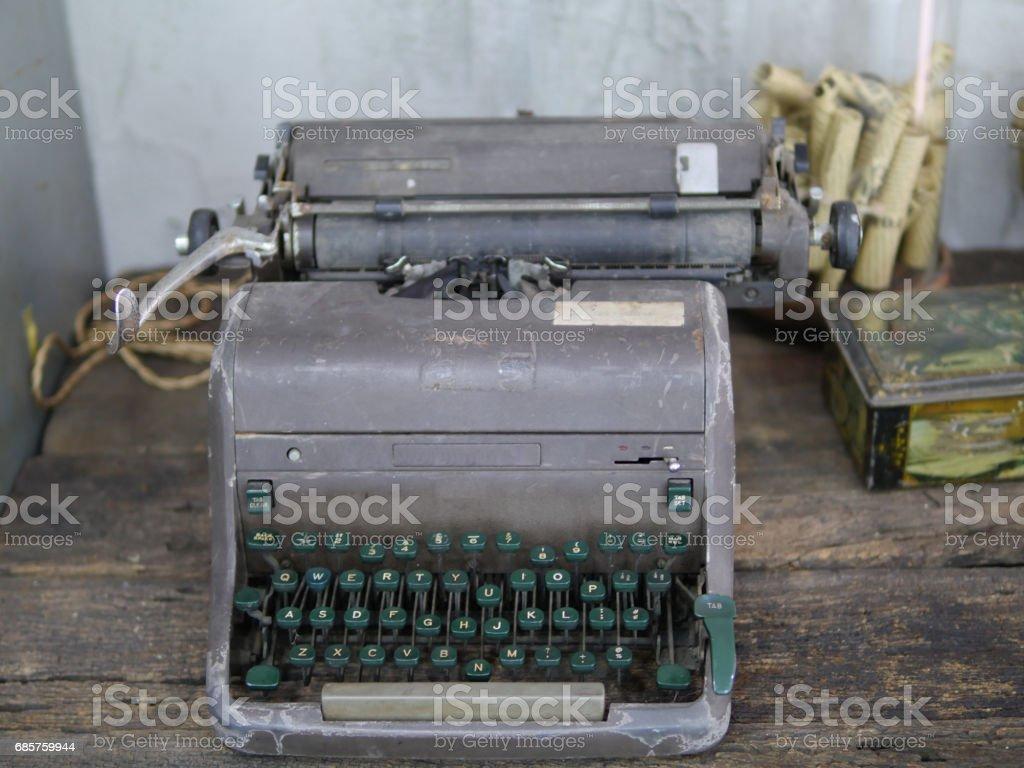 gammal skrivmaskin på bord royaltyfri bildbanksbilder
