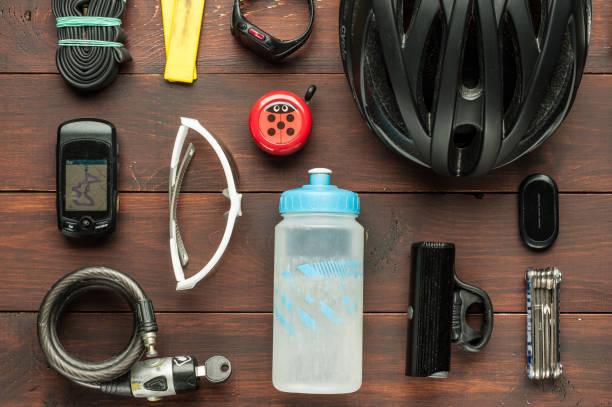 stare używane akcesoria rowerowe na drewnianym stole - akcesorium osobiste zdjęcia i obrazy z banku zdjęć