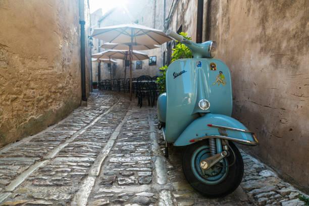 antigua moto vespa erice, sicilia, italia - vintage vespa fotografías e imágenes de stock
