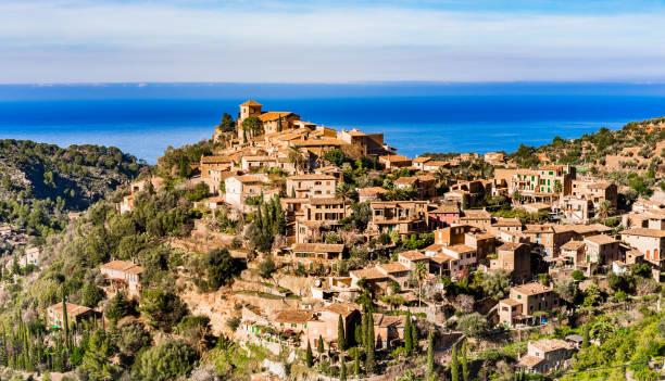 Ancien village de Deia avec décor paysage magnifique sur la mer sur l'île de Majorque, Espagne - Photo